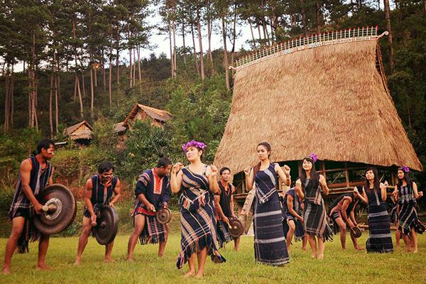 Một bản làng đang múa điệu truyền thống
