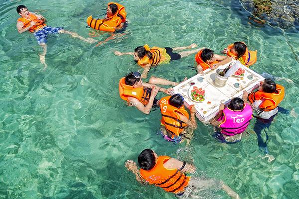 Vui chơi trên biển Bình Ba