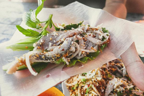 Gỏi cá trích ăn kèm bánh tráng