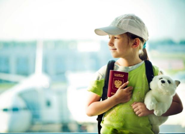 Trẻ em đi máy bay cần giấy tờ gì và chuẩn bị ra sao